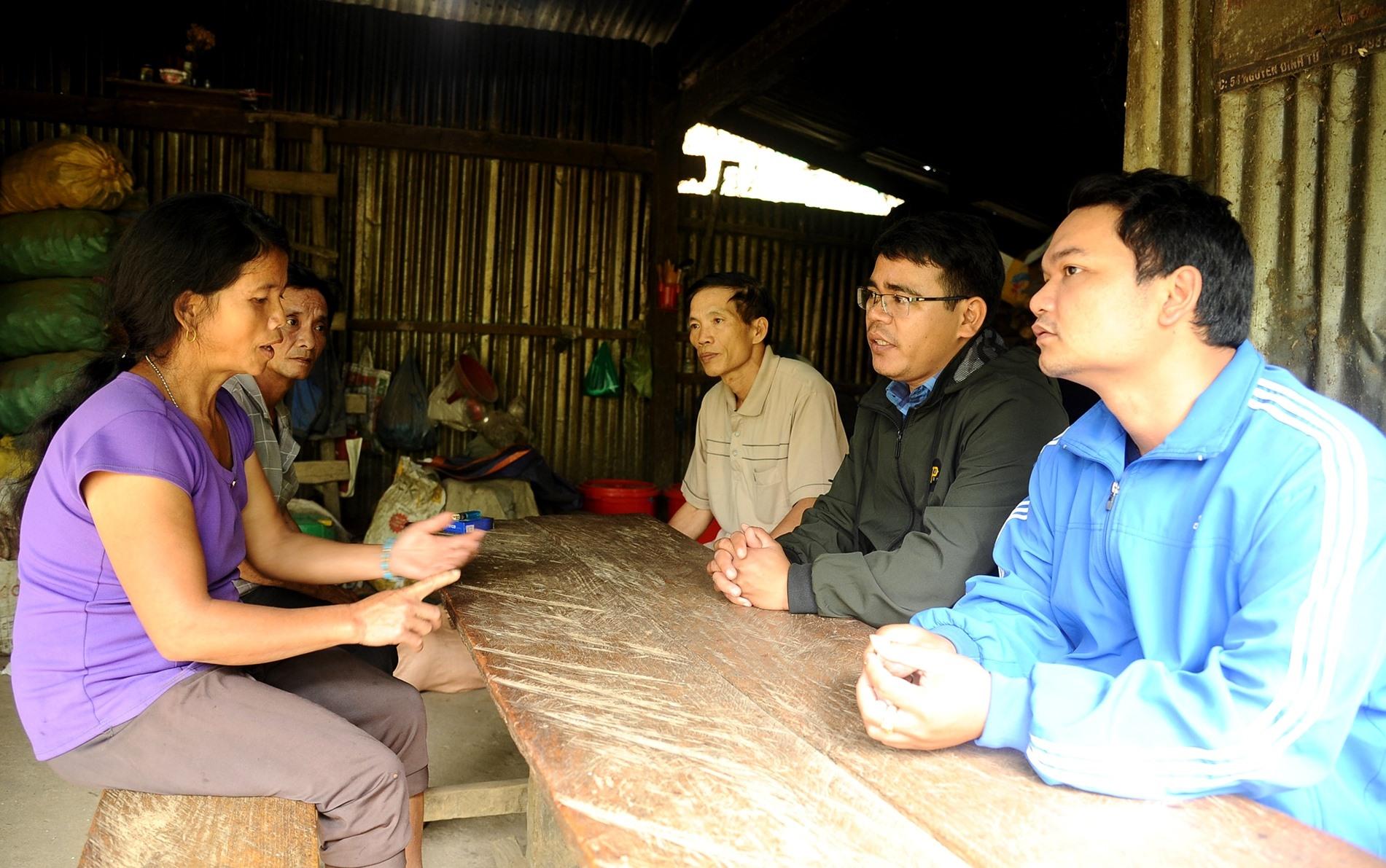 Cán bộ Trạm Y tế xã Phước Lộc đến từng hộ dân để tuyên truyền việc chăm sóc sức khỏe, xóa bỏ hủ tục lạc hậu trước đây. Ảnh: ALĂNG NGƯỚC