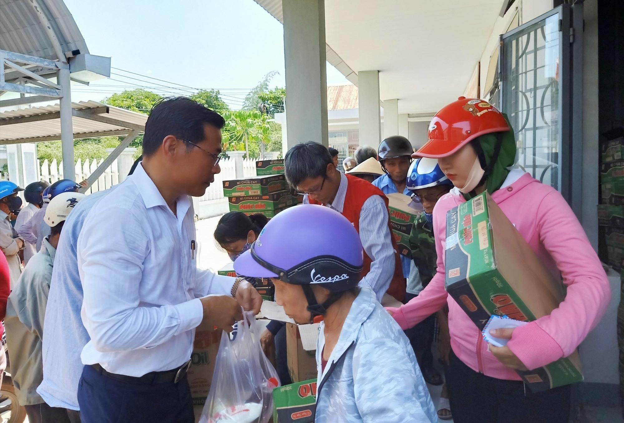 Đại diện doanh nghiệp TP. Hồ Chí Minh trao tặng quà cho bà con Nông Sơn. Ảnh: HOÀNG LIÊN