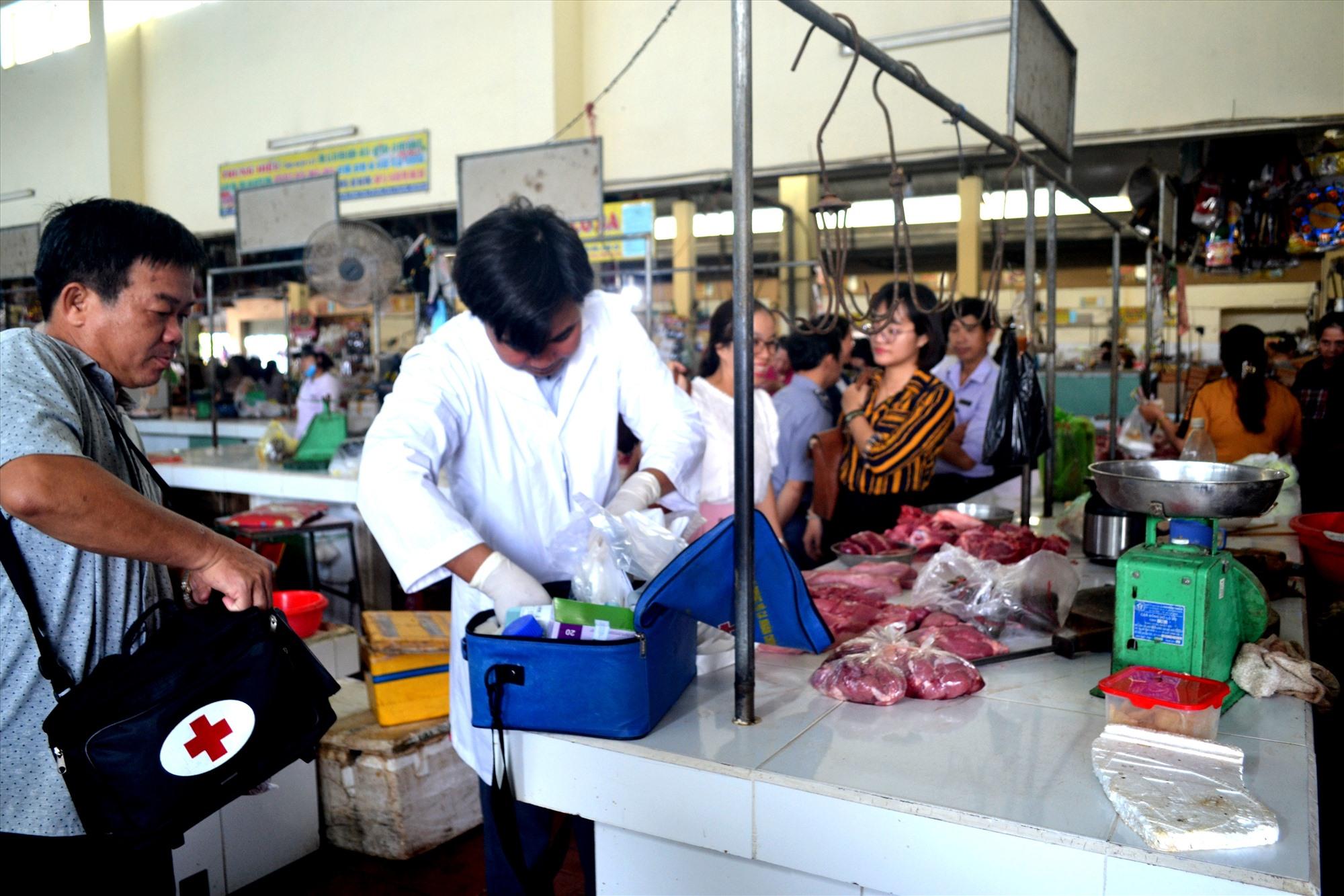 Ngành chức năng yêu cầu ban quản lý các chợ kiểm soát thực phẩm từ gia súc. Ảnh: VIỆT NGUYỄN