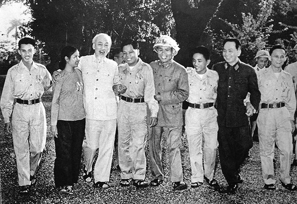 1. Bác Hồ với các anh hùng, chiến sĩ thi đua miền Nam tại Phủ Chủ tịch - tháng 11/1965. (Anh hùng Trần Dưỡng, ngoài cùng bên phải).