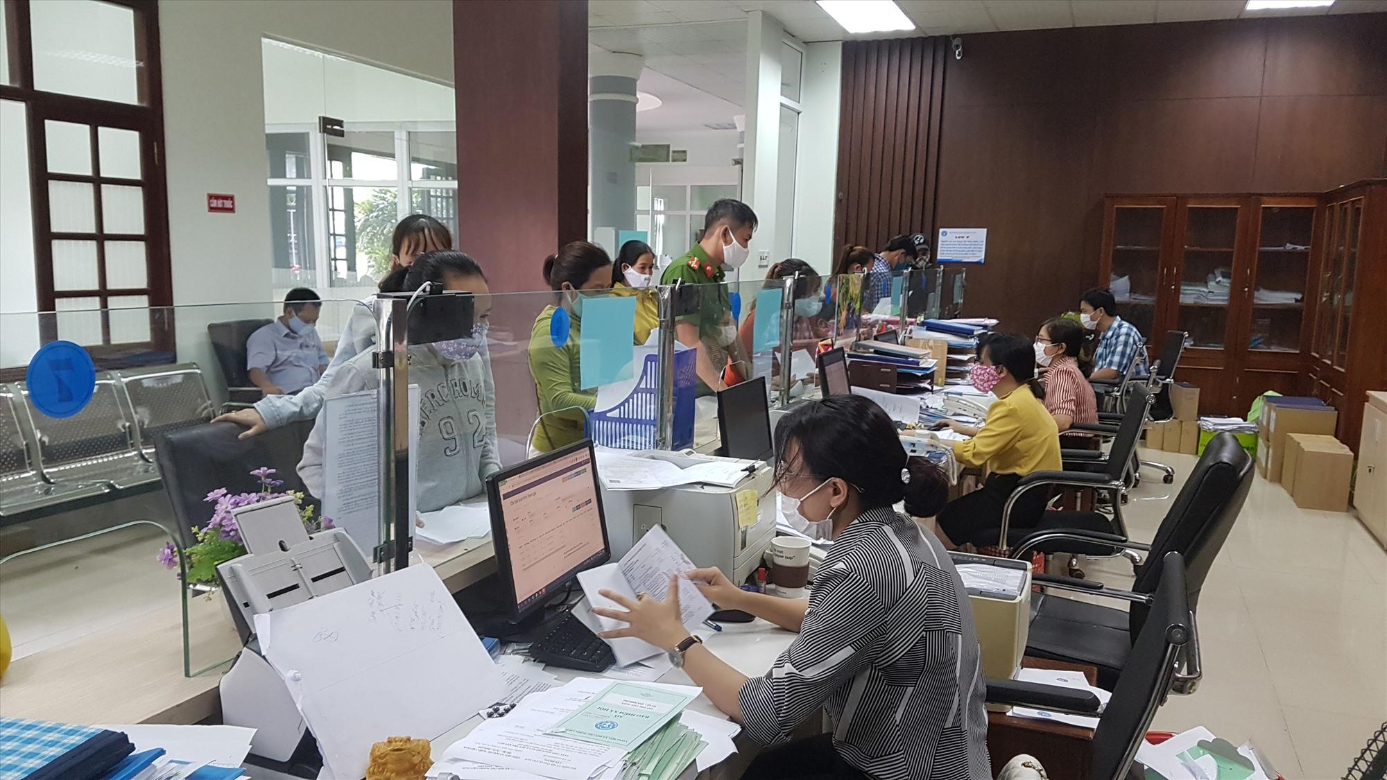Mỗi đảng viên, cán bộ, công chức BHXH tỉnh tùy vào vị trí công việc sẽ đăng ký thực hiện Chỉ thị 05 phù hợp. Ảnh: D.L