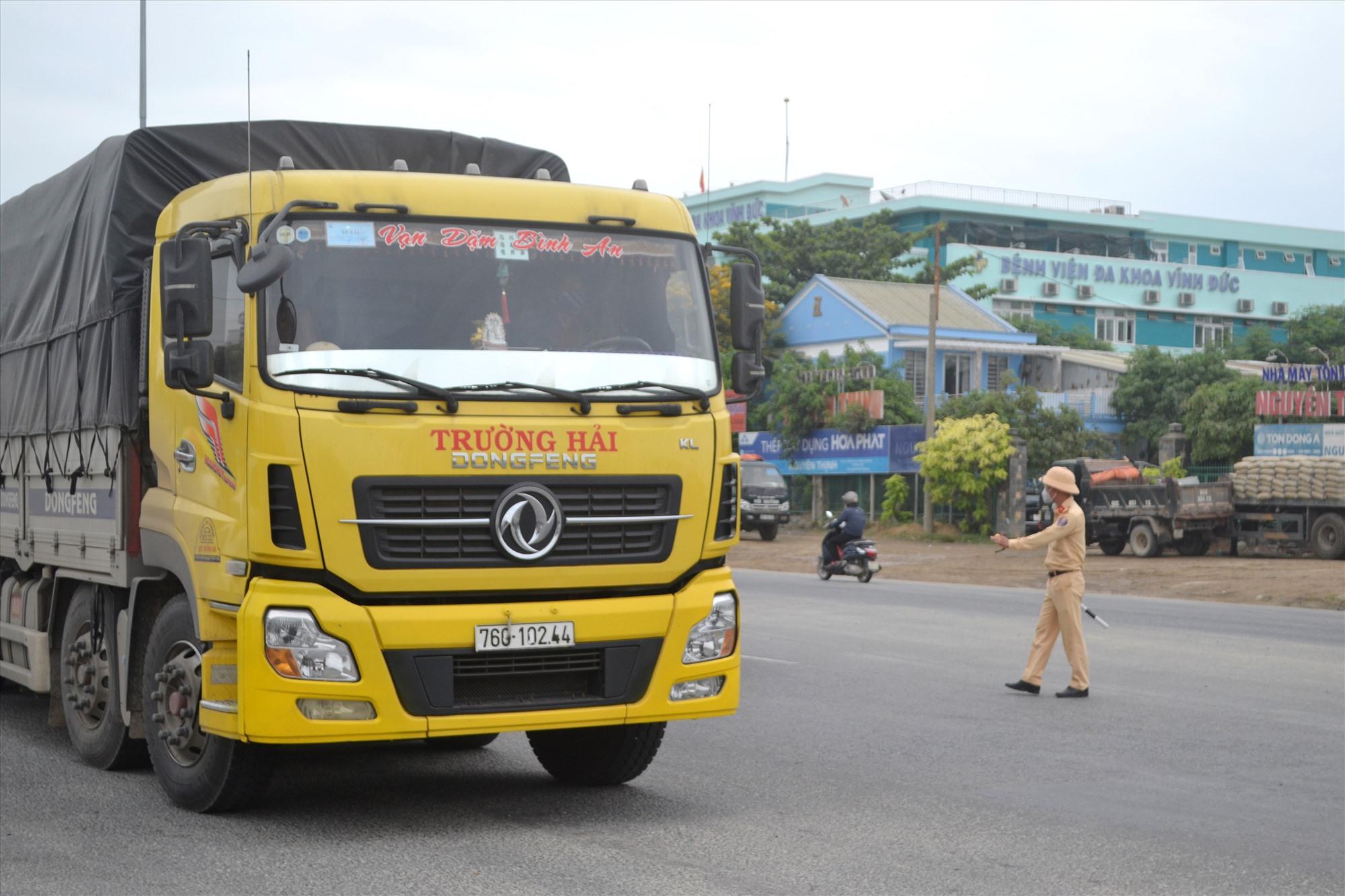 Phòng Cảnh sát giao thông đường bộ-đường sắt Công an tỉnh tuần tra kiểm soát trên quốc lộ 1. Ảnh: CT