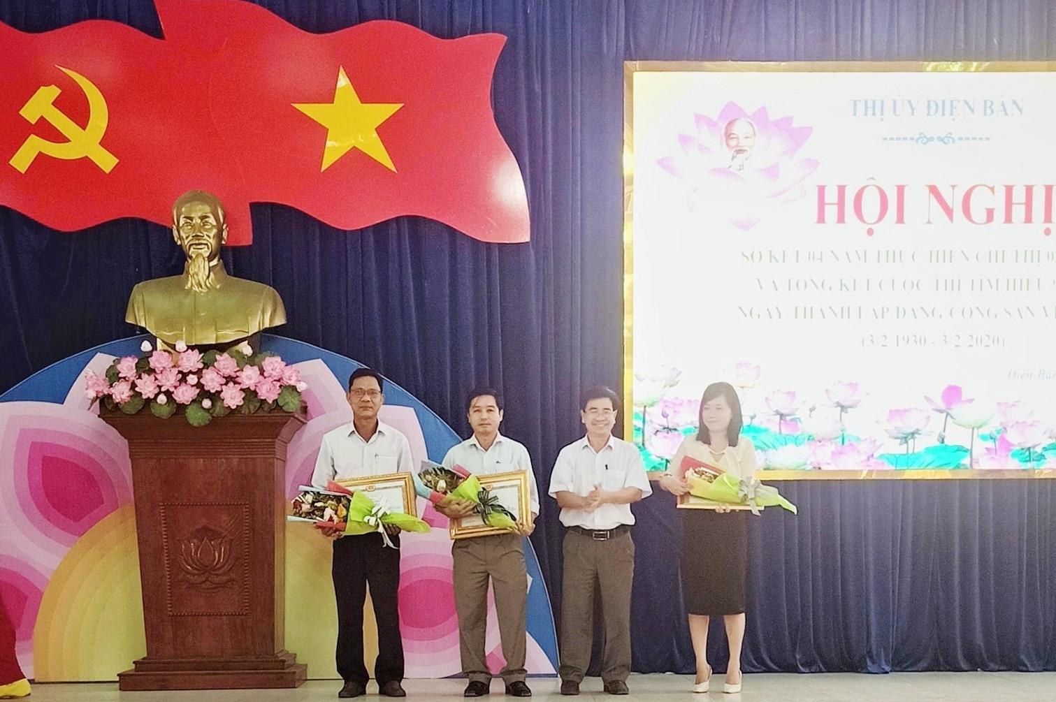 """Tuyên dương các tập thể, cá nhân có thành tích xuất sắc trong cuộc thi """"Tìm hiểu 90 năm thành lập Đảng Cộng sản Việt Nam"""". Ảnh: L.T"""