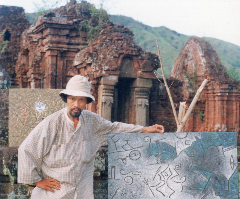 Họa sĩ Phan Ngọc Minh tại Mỹ Sơn.
