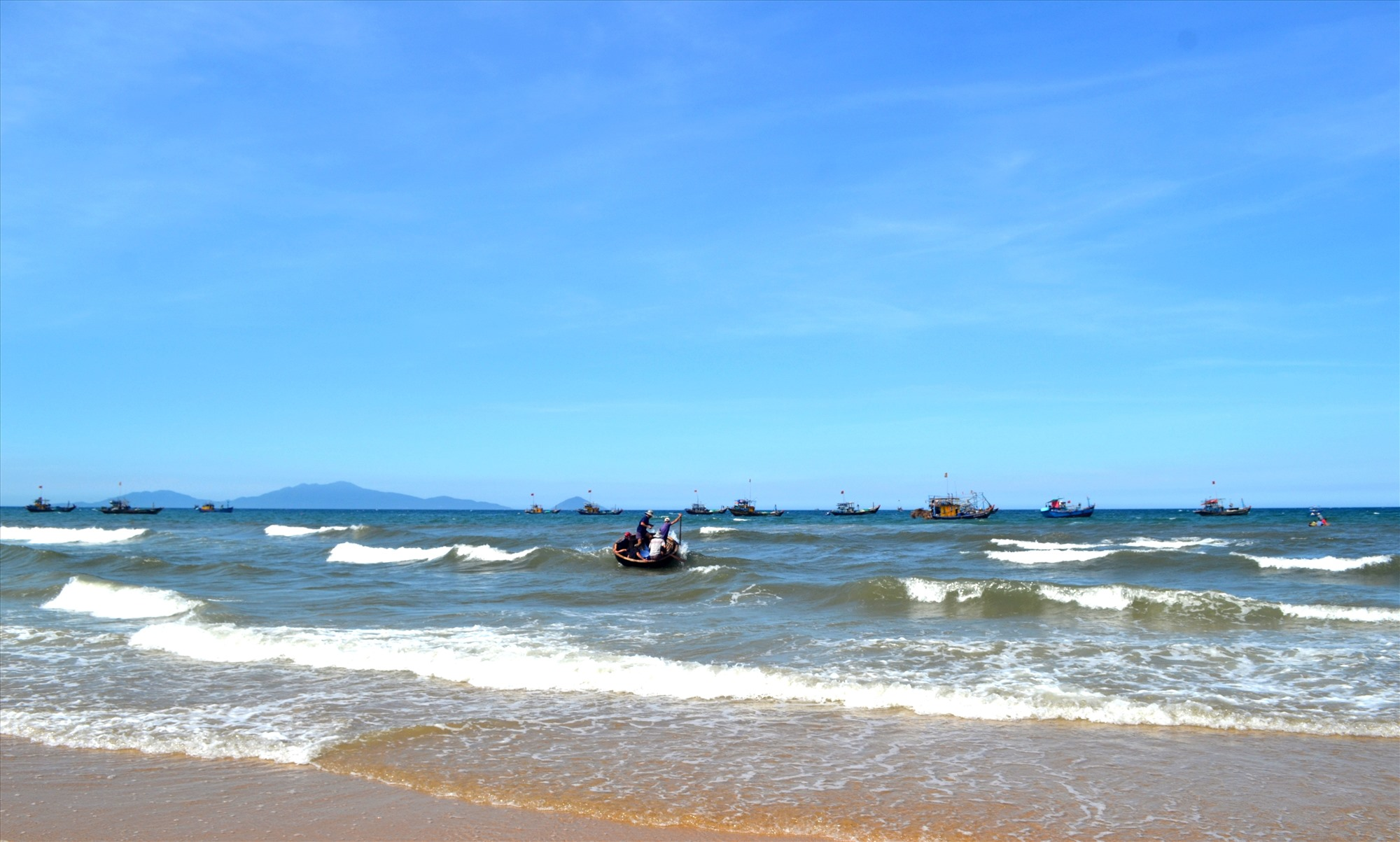 Nhiều tàu cá ở vùng bãi ngang ven biển ra khơi nhưng không thực hiện thủ tục xuất bến với lực lượng kiểm soát biên phòng. Ảnh: VIỆT NGUYỄN