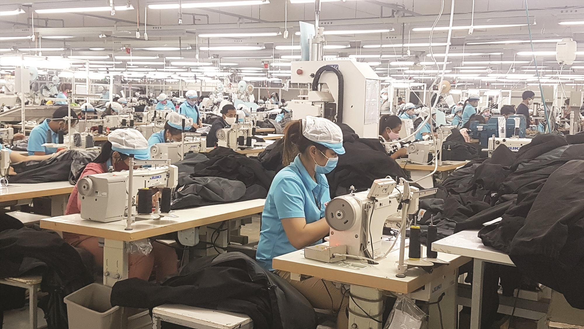 Người lao động tại Công ty Vast Apparel Việt Nam được khuyến cáo tự bảo vệ sức khỏe bản thân bằng các biện pháp làm việc an toàn. Ảnh: D.L