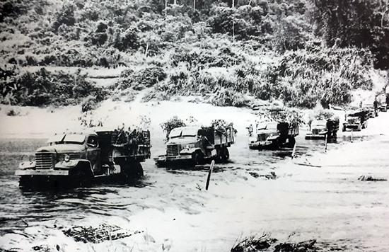 """Đoàn xe chở vũ khí, đạn dược vượt núi rừng Quảng Nam chuyển hàng phục vụ chiến trường. Nguồn ảnh: """"Quảng Nam - 45 năm vì sự nghiệp giải phóng dân tộc 1930 - 1975""""."""