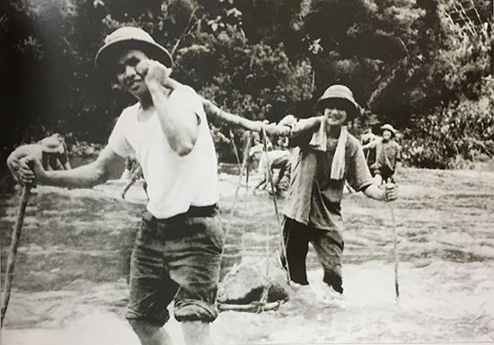 """Làm ngầm cho xe cơ giới vượt Trường Sơn. Nguồn ảnh: """"Quảng Nam - 45 năm vì sự nghiệp giải phóng dân tộc 1930 - 1975""""."""