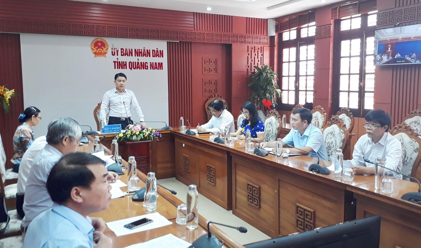 Phó Chủ tịch UBND tỉnh Trần Văn Tân chủ trì cuộc họp trực tuyến với các địa phương. Ảnh: X.P