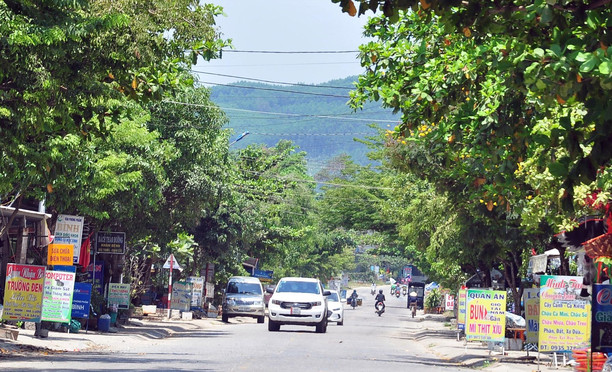Hoạt động thương mại - dịch vụ khu vực dọc quốc lộ 40B qua xã Tam Dân phát triển sôi động, nhộn nhịp. Ảnh: VINH ANH