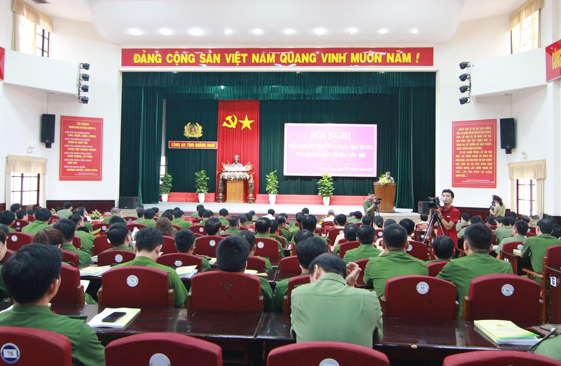Hội nghị tập hợp nhiều tập thể, cá nhân điển hình trong phong trào thi đua Vì an ninh Tổ quốc trong lực lượng Công an tỉnh qua 5 năm (2015 - 2020). Ảnh: T.C