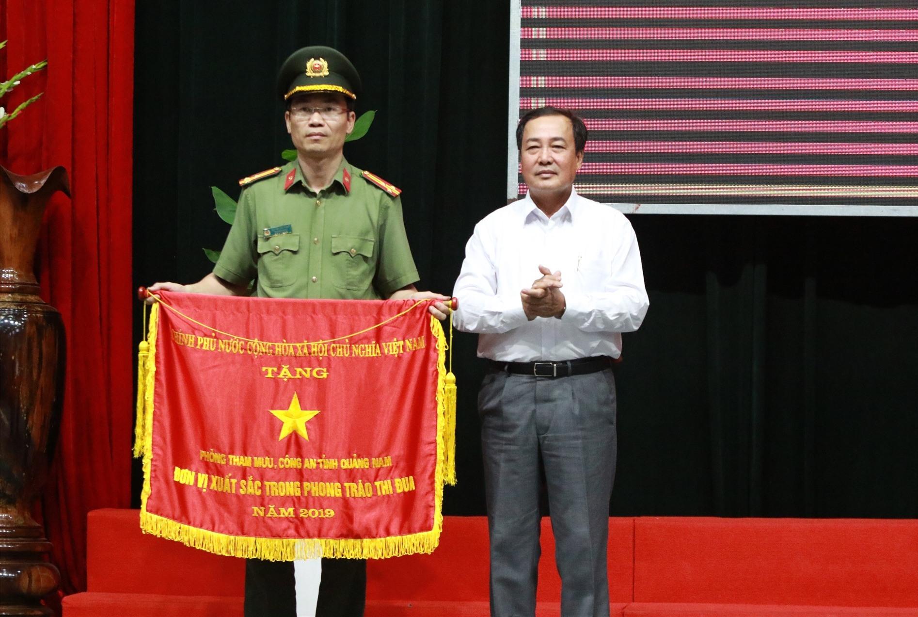 Phòng Tham mưu Công an tỉnh nhận cờ thi đua của Chính phủ nhờ thành tích xuất sắc trong năm công tác 2019. Ảnh: T.C