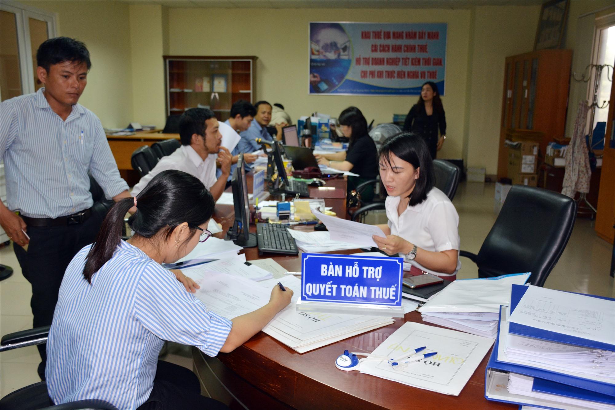 Hỗ trợ, đồng hành với người nộp thuế là một trong những nhiệm vụ quan trọng của Cục Thuế Quảng Nam thời gian qua. Ảnh: VĂN DŨNG