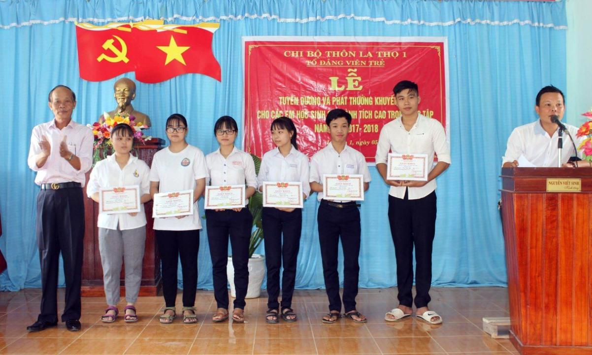 Tổ Đảng viên trẻ khuyến học thôn La Thọ 1 trao học bổng cho học sinh thôn.