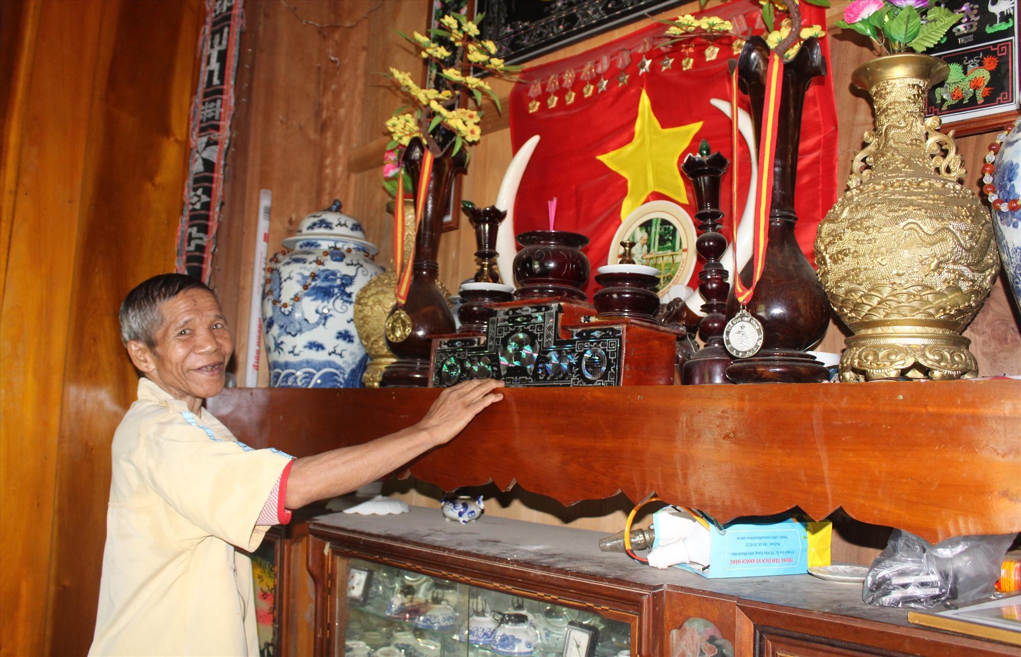 Đồng bào miền núi Quảng Nam vẫn giữ nét đẹp thờ cờ Tổ quốc và ảnh Bác Hồ. Ảnh: ĐÌNH HIỆP