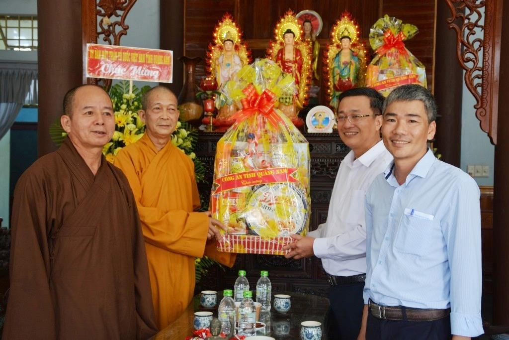Lãnh đạo Công an tỉnh Quảng Nam cùng đoàn công tác thăm, chúc mừng Ban trị sự Giáo hội Phật giáo Việt Nam tỉnh nhân đại lễ Phật đản 2020. Ảnh: M.T