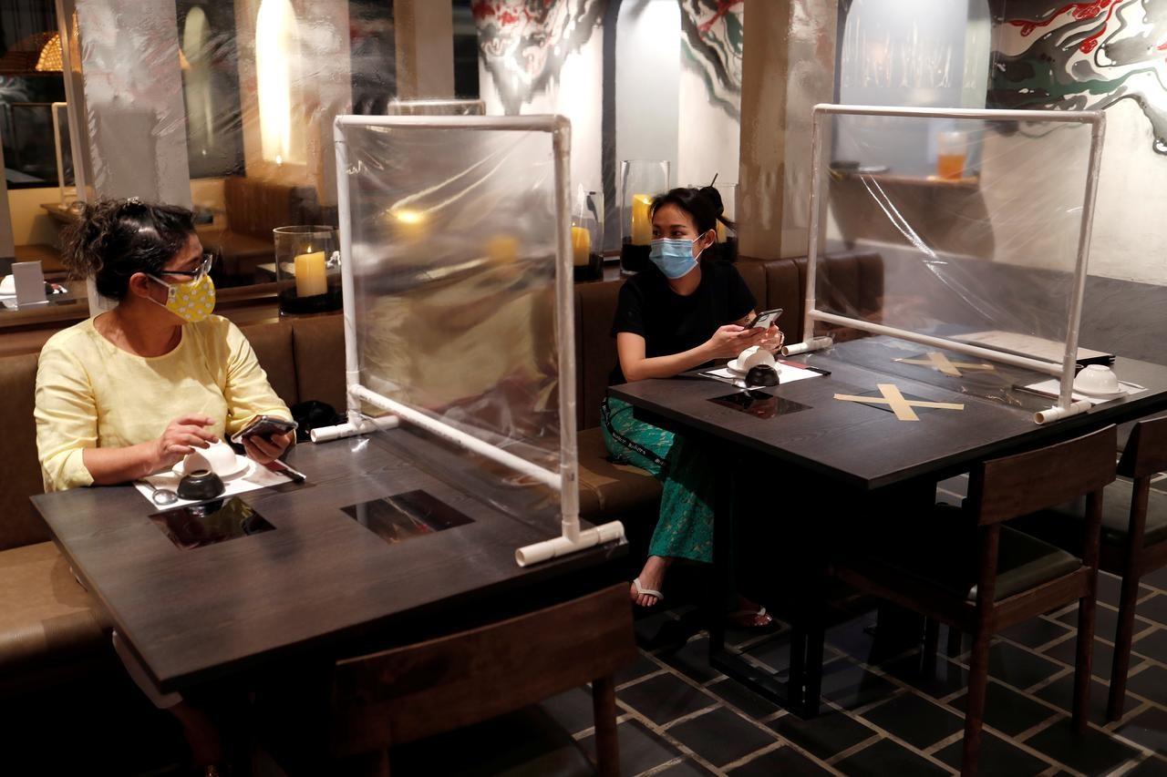 Một quán ăn ở Băng Cốc, Thái Lan trong mùa Covid-19 Ảnh: Reuters