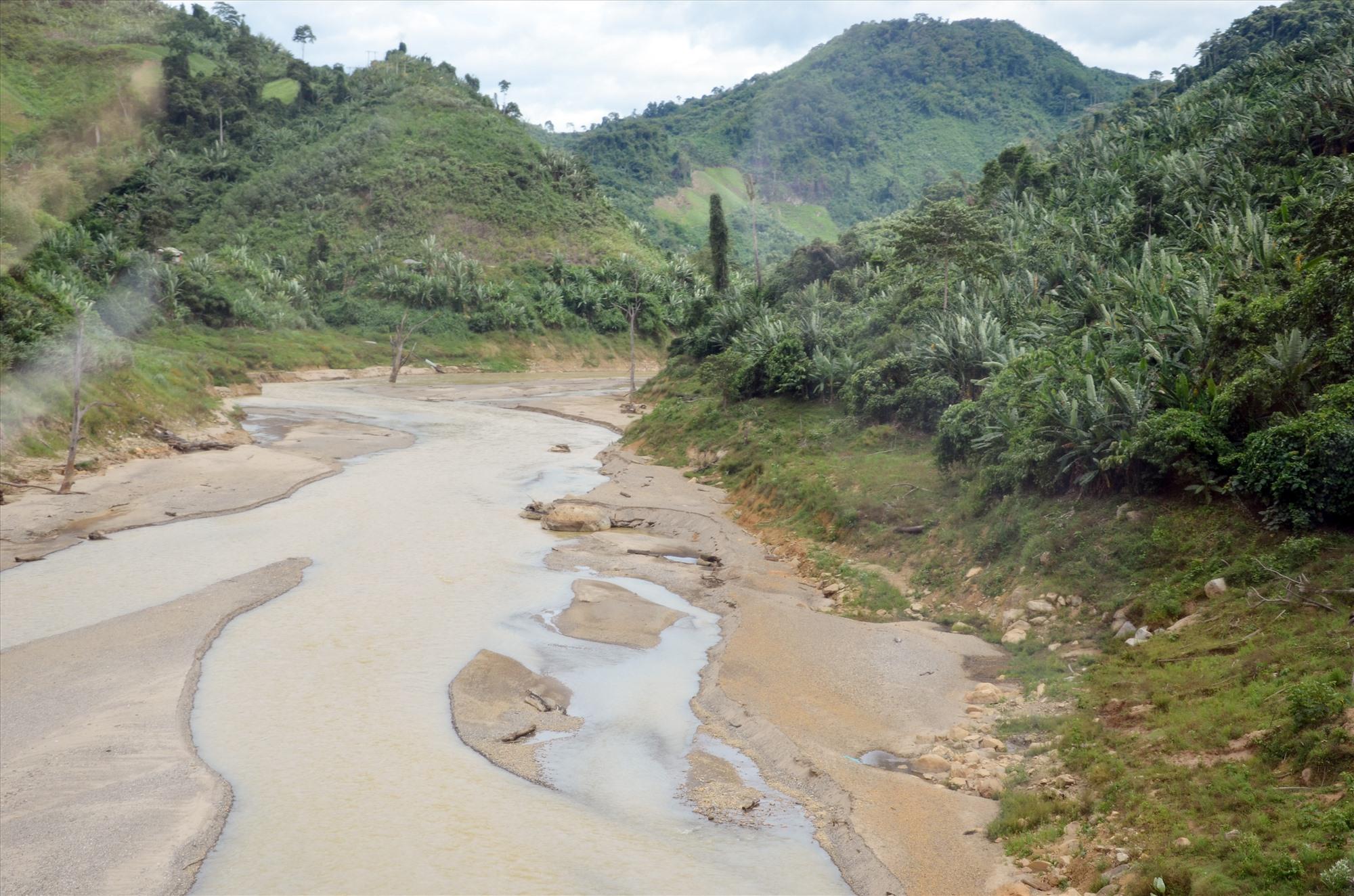 Cạn kiệt nguồn nước các dòng sông trên lưu vực sông Vu Gia - Thu Bồn. Ảnh: H.P