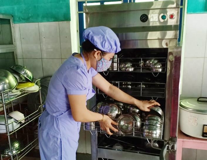 Giáo viên Trường Mẫu giáo Trúc Đào (Núi Thành) vệ sinh chén bát tại bếp ăn nhà trường. Ảnh: A.MINH