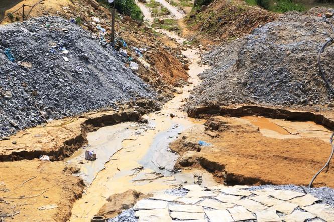 Tình trạng khai thác trái phép ở bãi 38 xã Phước Hòa gây ô nhiễm môi trường. Ảnh: N.T