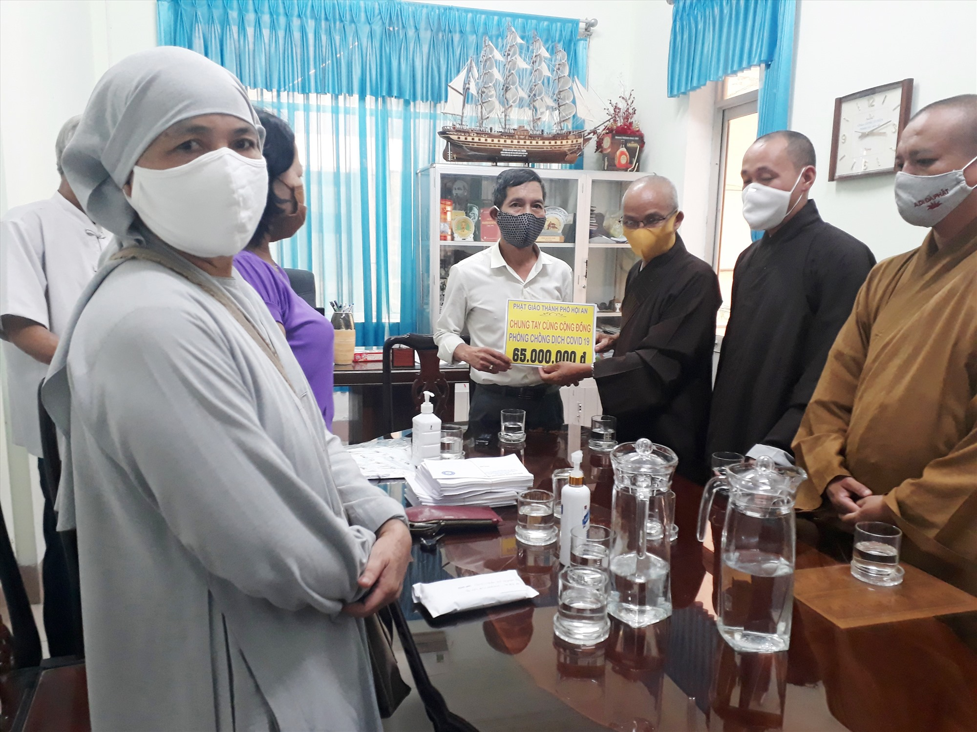 Ban Trị sự Giáo hội Phật giáo TP.Hội An trao tiền ủng hộ chương trình phòng chống dịch Covid-19. Ảnh: Đ.HUẤN