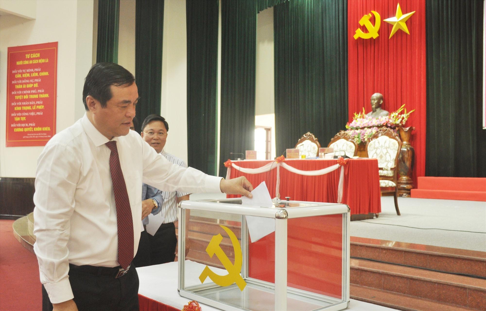 Các đại biểu tiến hành bầu bổ sung nhân sự Ban Thường vụ Tỉnh ủy (khóa XXI).