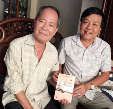 Nhạc sĩ Vũ Đức Sao Biển tặng sách cho đồng hương Quảng Nam ở TP.Hồ Chí Minh. Ảnh: N.K