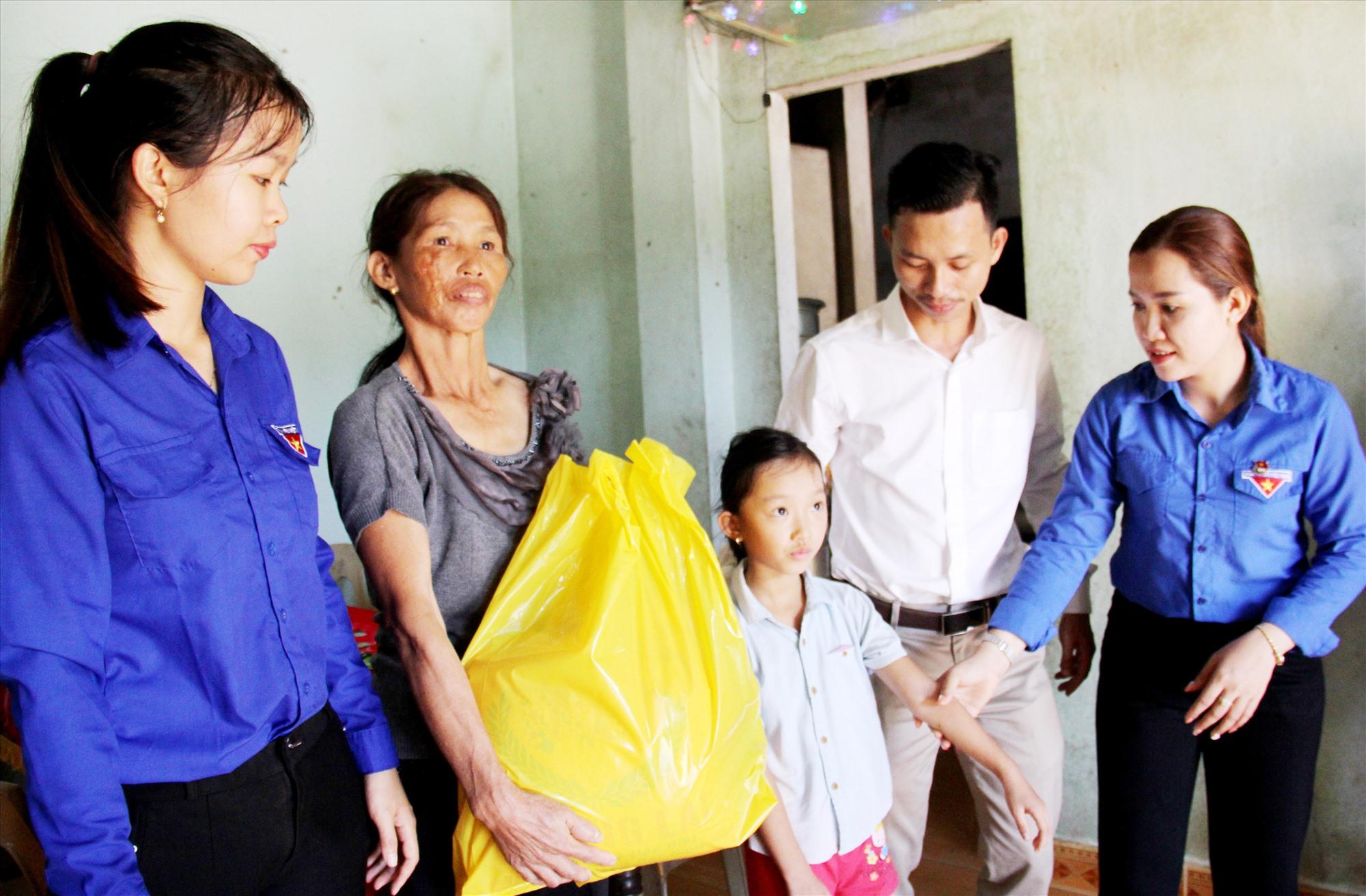 Đại diện Huyện đoàn Bắc Trà My đến thăm, trao quà động viên cho gia đình cháu Trần Nguyễn Huyền Trâm tại xã Trà Đông. Ảnh: ALĂNG NGƯỚC