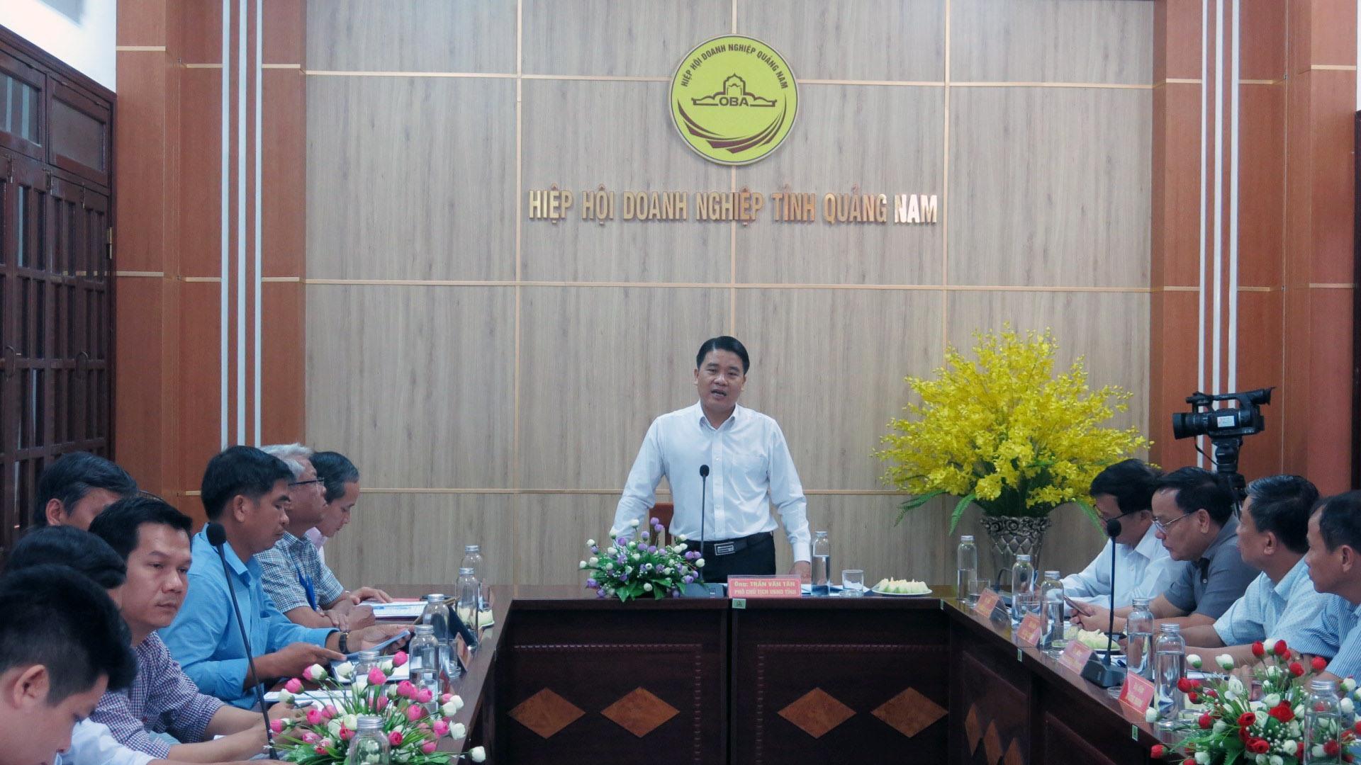 Lãnh đạo UBND tỉnh tiếp, giải quyết kiến nghị của doanh nghiệp định kỳ tháng 6. Ảnh: T.D