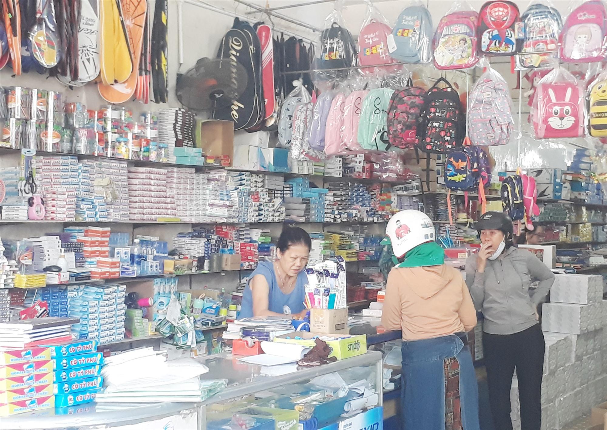 Phụ huynh tìm hiểu mua SGK tại Nhà sách Giáo dục, 341 Phan Châu Trinh (Tam Kỳ).Ảnh: X.P
