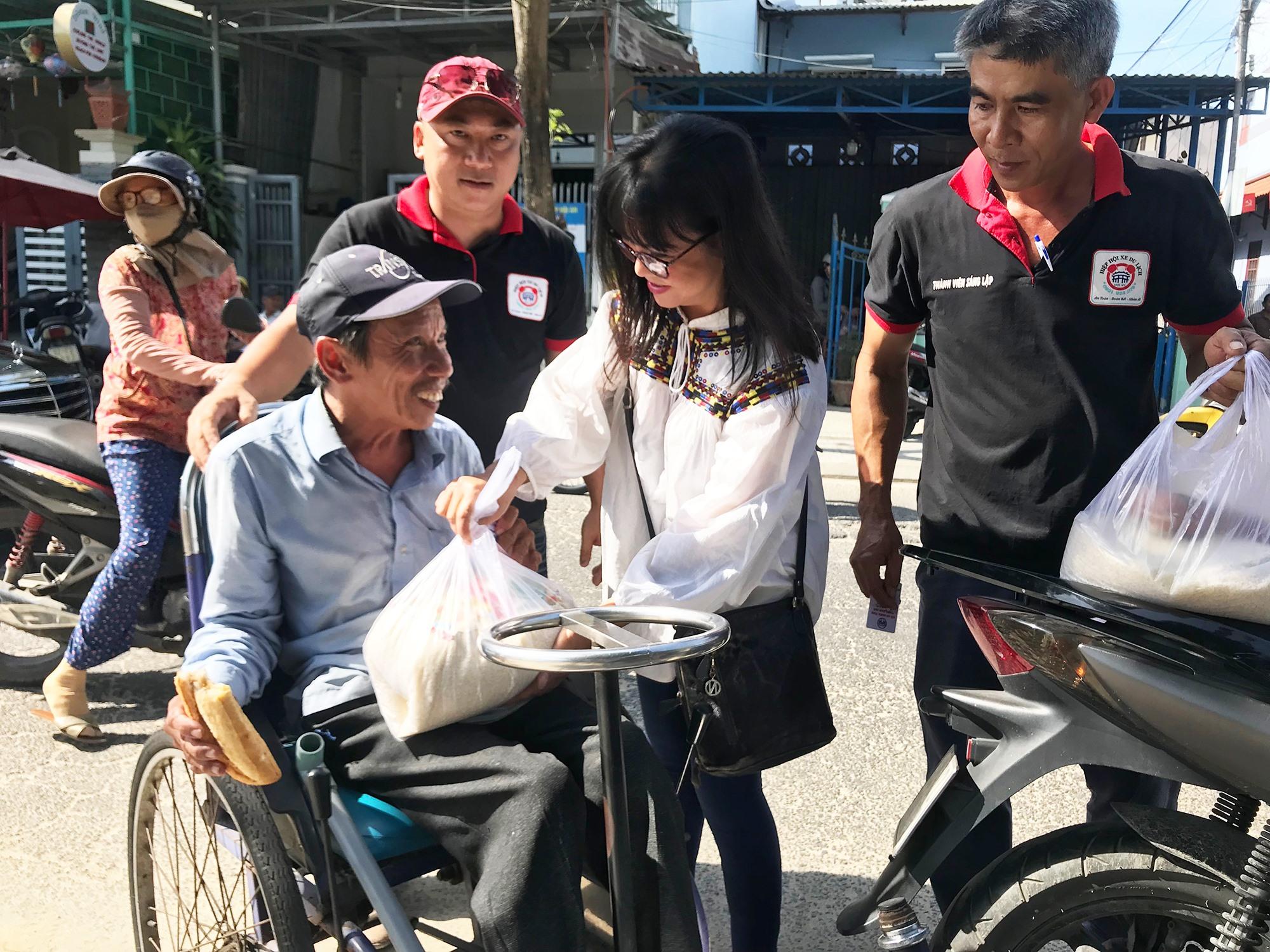 Ca sỹ Ánh Tuyết tặng gạo cho người khuyết tật