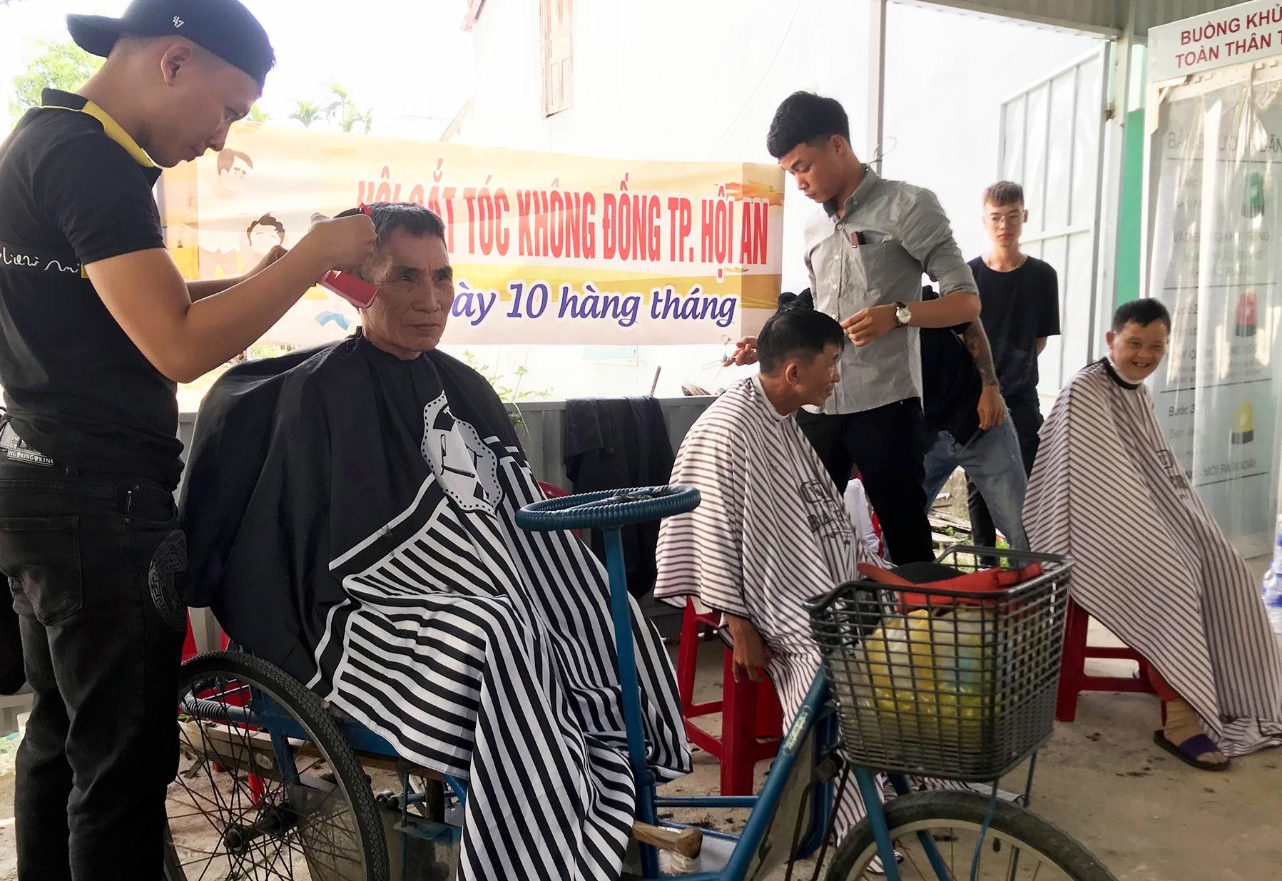 Nhóm thợ Tuấn Liên cắt tóc miễn phí cho người đến nhận gạo