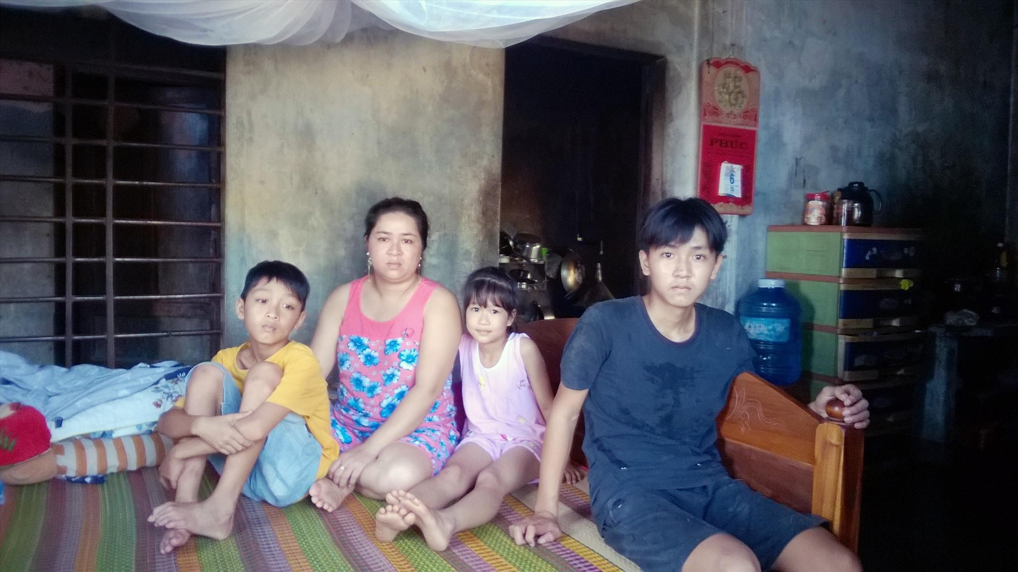 Chị Nhung và ba con nhỏ.