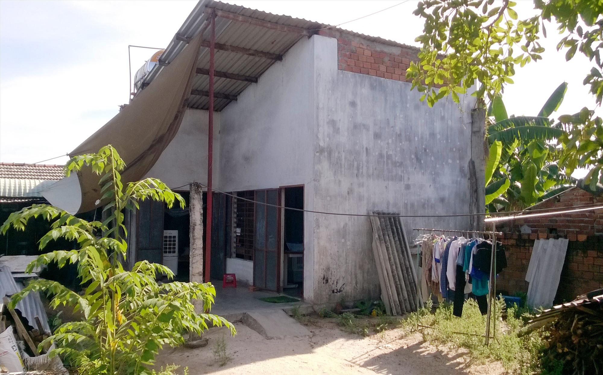 Ngôi nhà nhỏ chưa kịp sửa lại của gia đình chị Võ Thị Nhung. Ảnh: H.Q.T