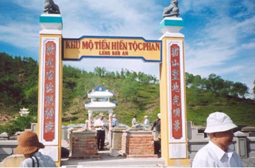 Mộ Phan Trân trong khu mộ tiền hiền tộc Phan tại Duy Châu.