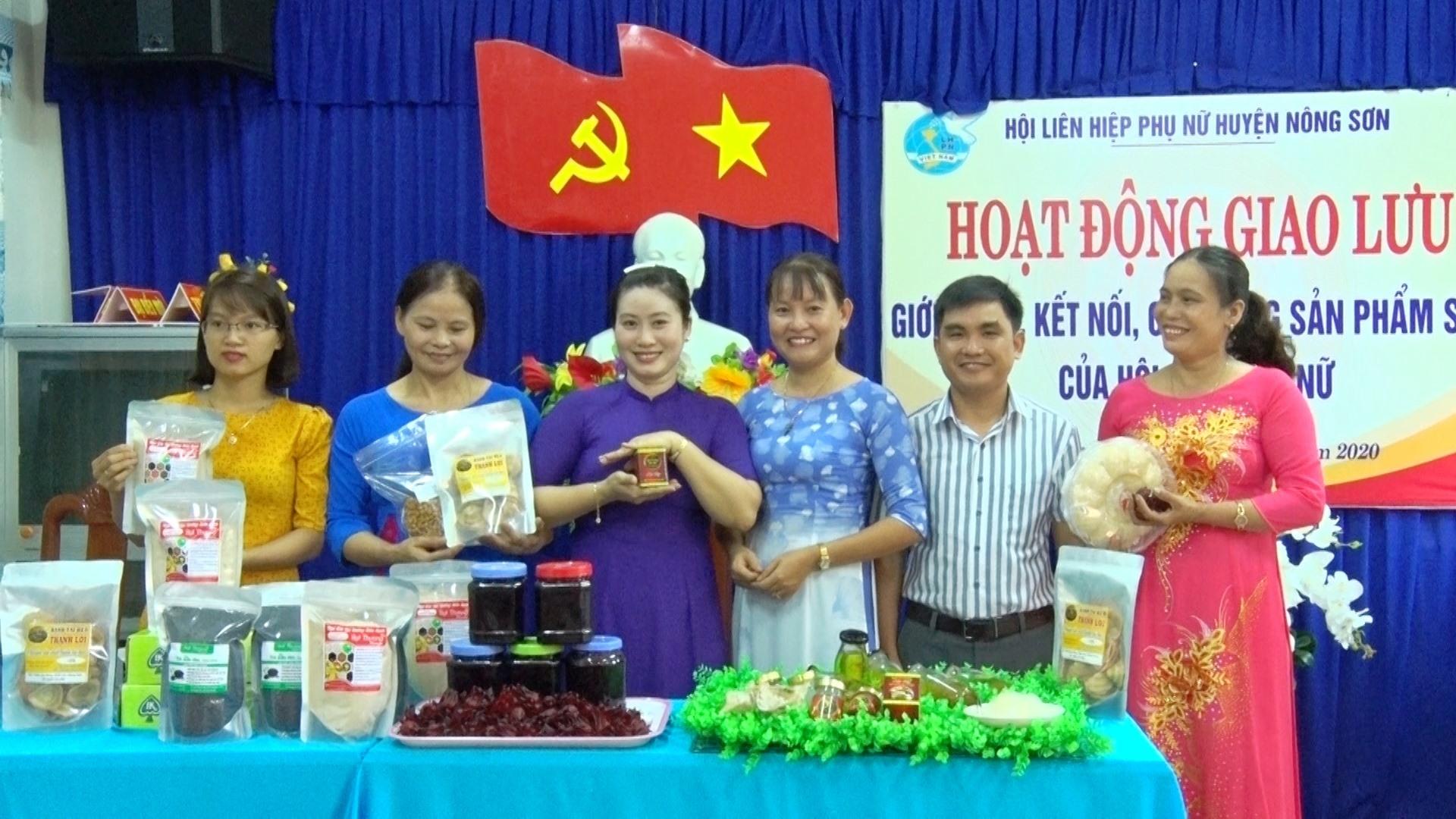 Trưng bày sản phẩm an toàn của phụ nữ huyện Nông Sơn. Ảnh: PHƯƠNG NHAN