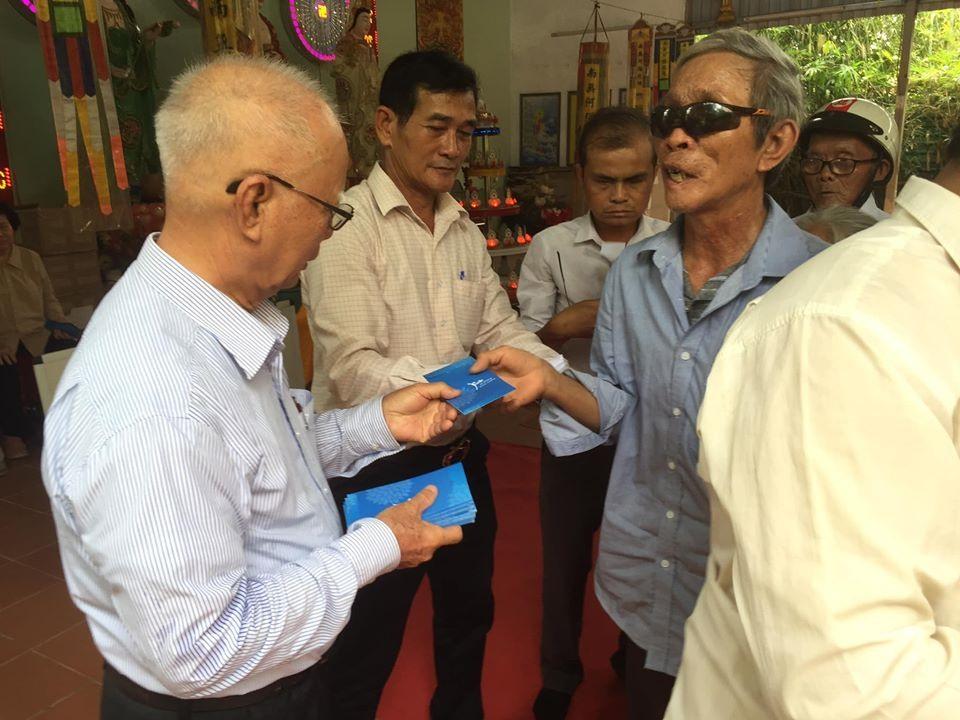 Đồng hương Quảng Nam tại TP.Hồ Chí Minh trao quà cho người khó khăn ở Duy Xuyên. Ảnh: HỒNG PHÚC.