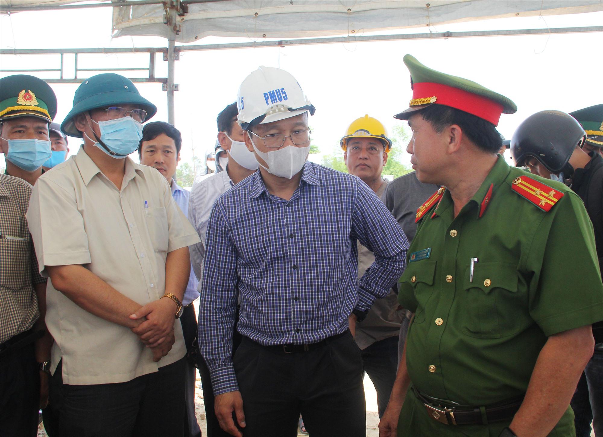 Thượng tá Trần Công Tiết - Trưởng phòng Cảnh sát PCCC&CHCN tại hiện trường chỉ huy tìm kiếm cứu nạn cứu hộ trong vụ chìm ghe làm 5 người mất tích ở Duy Nghĩa (Duy Xuyên) tháng 5 vừa qua. Ảnh: P.G