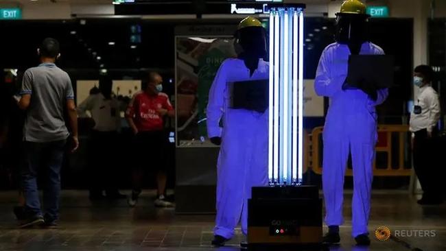 Sunburst UV Bot - Rô bốt dọn dẹp tự động khử trùng các bề mặt bằng tia cực tím tại trung tâm thương mại Northpoint City của Singapore. Ảnh: Reuters
