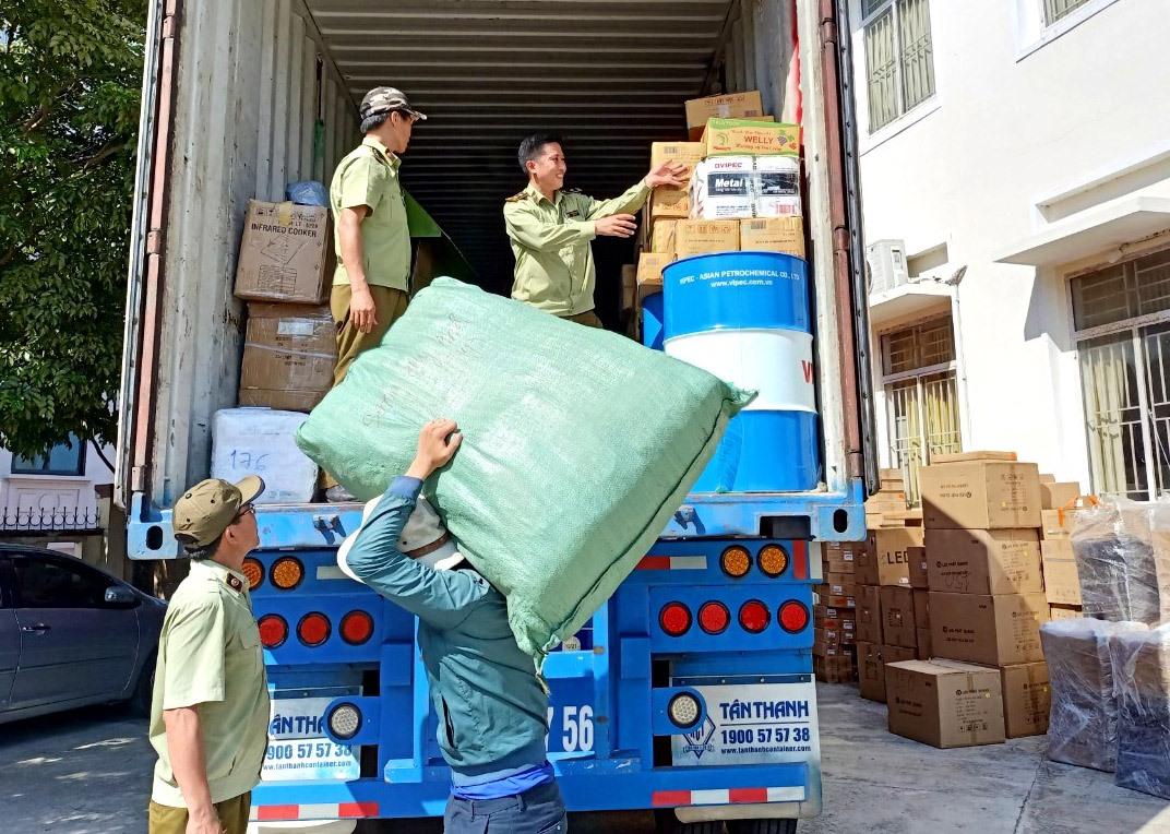 Cục Quản lý thị trường Quảng Nam tạm giữ hàng hóa không rõ nguồn gốc xuất xứ để xử lý theo quy định của pháp luật. Ảnh: V.N