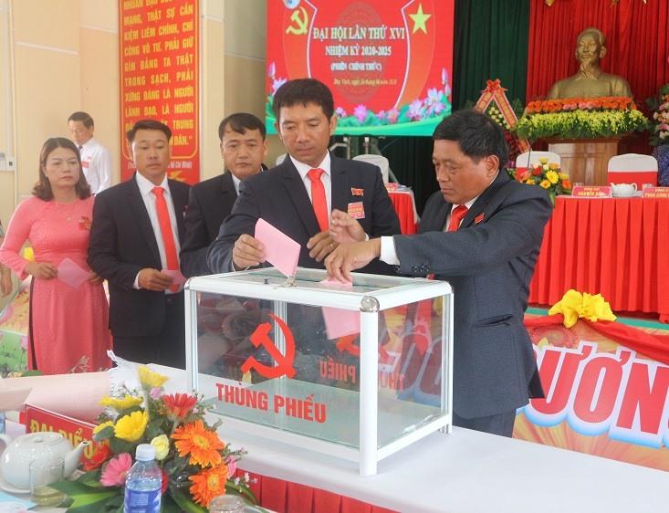 Đại biểu bỏ phiếu bầu cử tại đại hội.