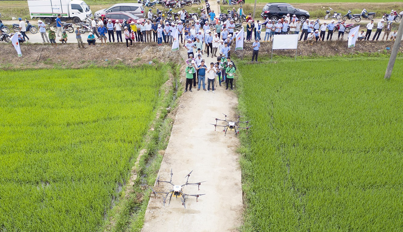 Đông đảo bà con nông dân Thăng Bình theo dõi trình diễn.