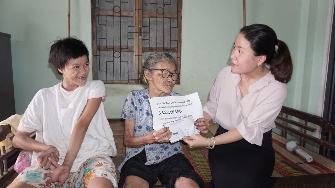 Trao tiền bạn đọc ủng hộ cho hoàn cảnh bà Trần Thị Thanh.
