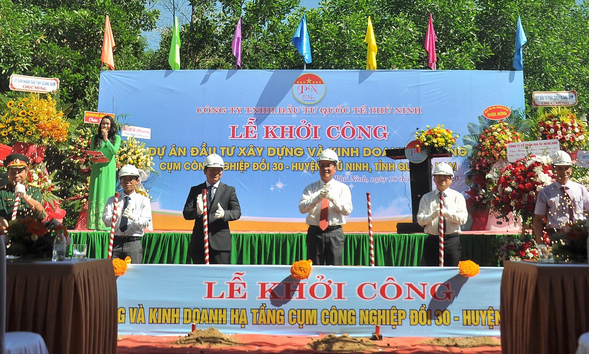 Lãnh đạo tỉnh, huyện Phú Ninh và đại diện công ty tiến hành thủ tịch khởi công dự án. Ảnh: VINH ANH