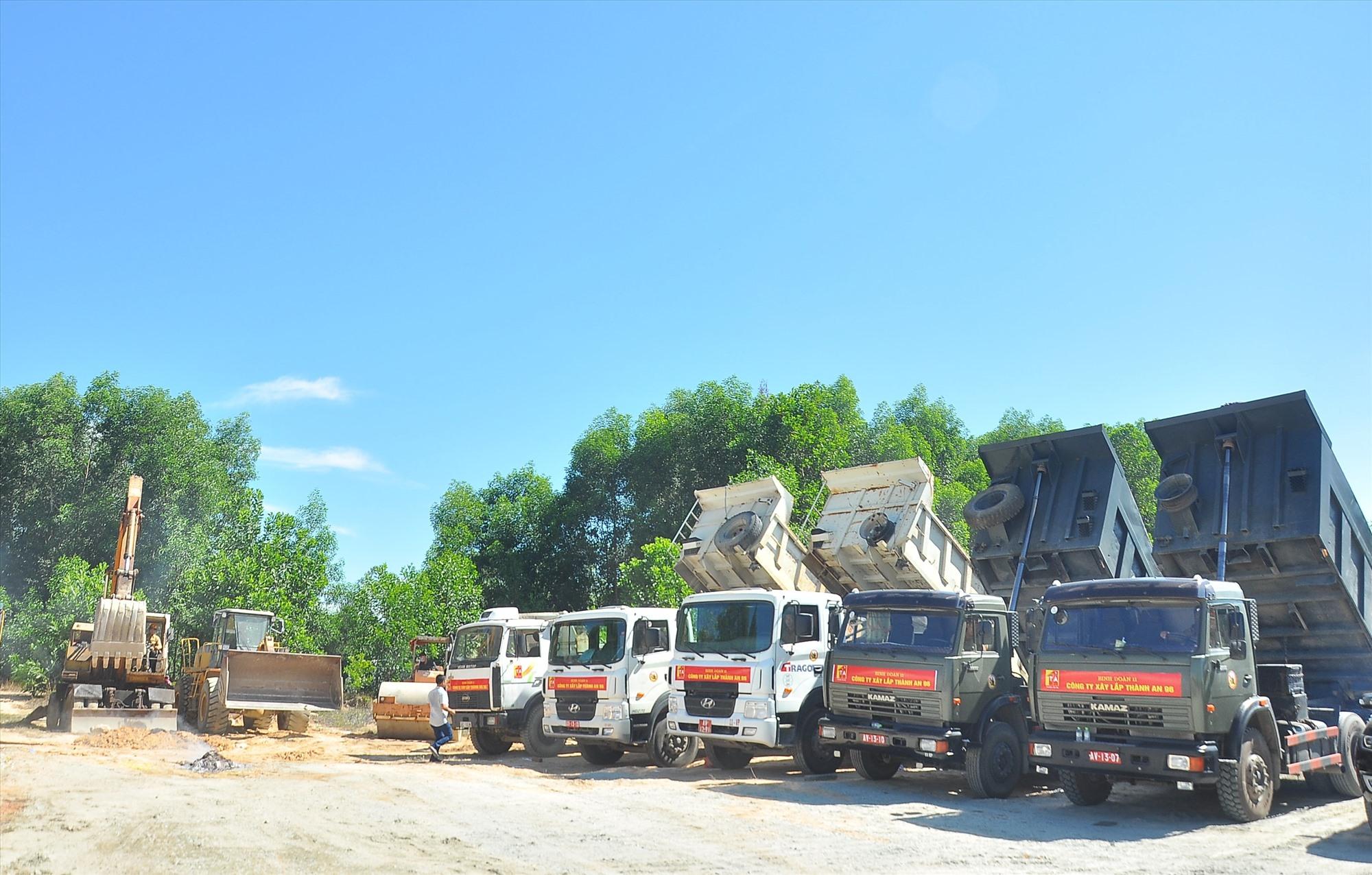 Các phương tiện của nhà thầu - Công ty Xây lắp Thành An 96 tiến hành động thổ xây dựng dự án. Ảnh: VINH ANH