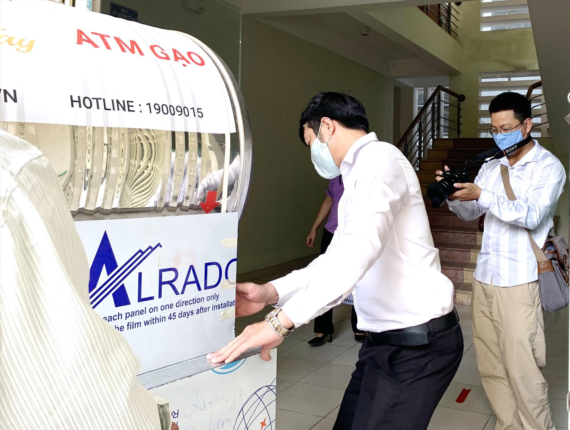 Phóng viên Báo Quảng Nam online đưa tin một ATM gạo ở Tam Kỳ tháng 4.2020.Ảnh: P.V