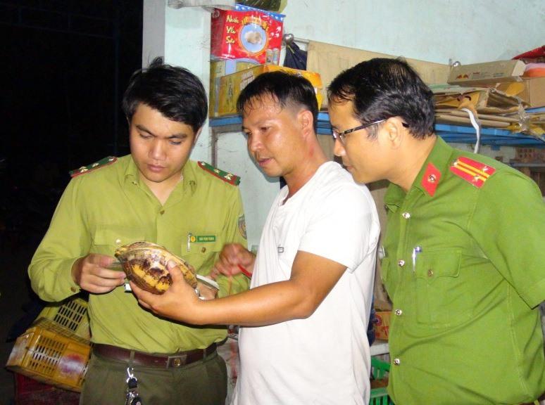 Cơ quan chức năng kiểm tra, triệt xóa đường dây mua bán động vật hoang dã quy mô liên tỉnh tại Hà Lam (Thăng Bình) vào tháng 5.2018. Ảnh: P.N