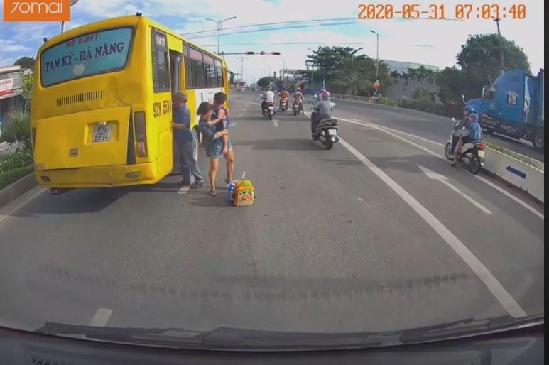 Xe buýt trả khách ngay trước đèn xanh đèn đỏ. Ảnh: cắt từ clip