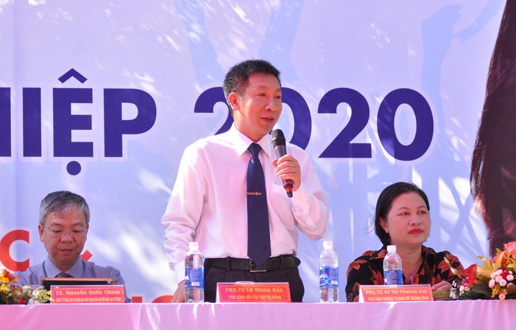 PGS-TS. Lê Thành Bắc - Phó Giám đốc Đại học Đà Nẵng trả lời câu hỏi của HS. Ảnh: X.P
