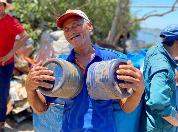 Niềm vui vỡ òa của ông Nguyễn Quốc Khải (71 tuổi) khi được nhận nước ngọt.
